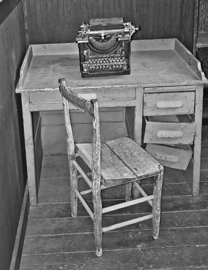 Tappningtabellstol och skrivmaskin arkivfoton
