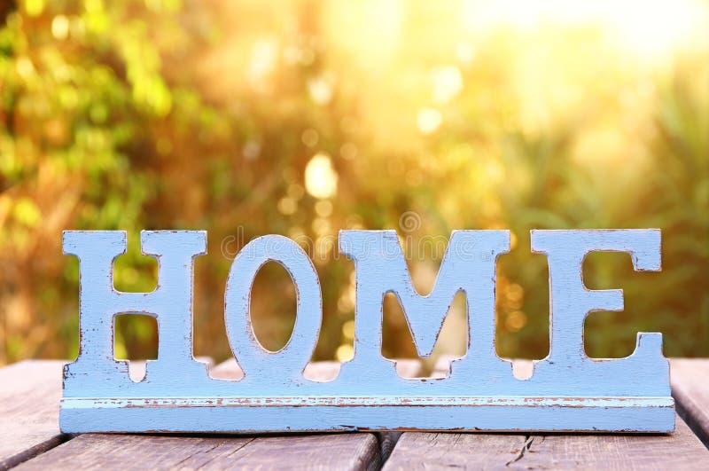 Tappningtecken med ordet HEM över trätabellen fotografering för bildbyråer