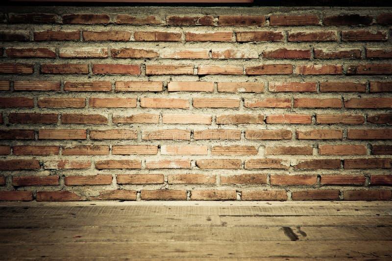 Tappningtegelstenväggen med trä däckar texturerar arkivbilder