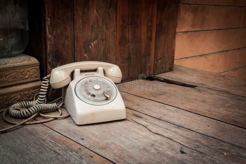Tappningtelefon på wood bakgrund arkivfoton