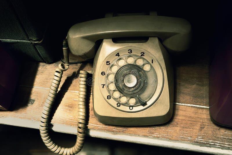 Tappningtelefon p? tr?tabellen Gammal telefonraritet, antikviteter royaltyfri fotografi