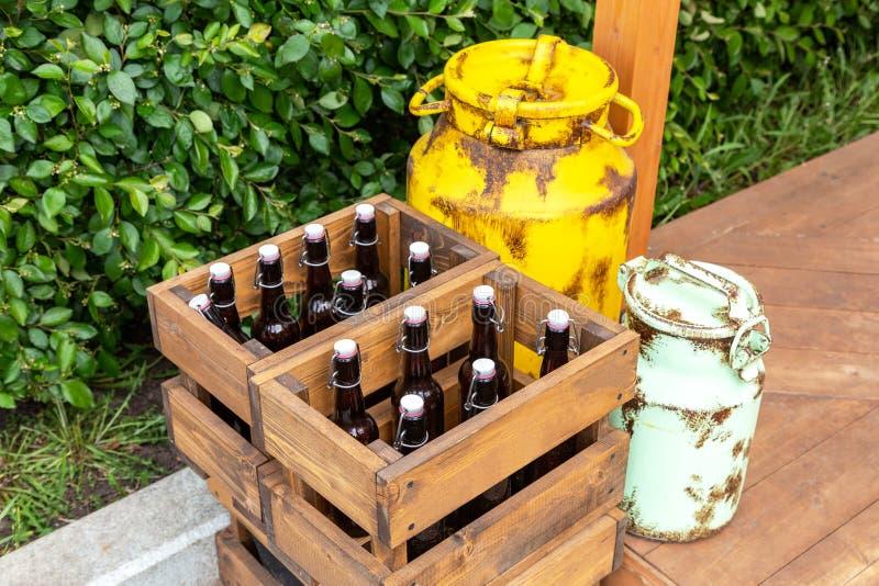 Tappningträaskar med hantverkölflaskor arkivfoto
