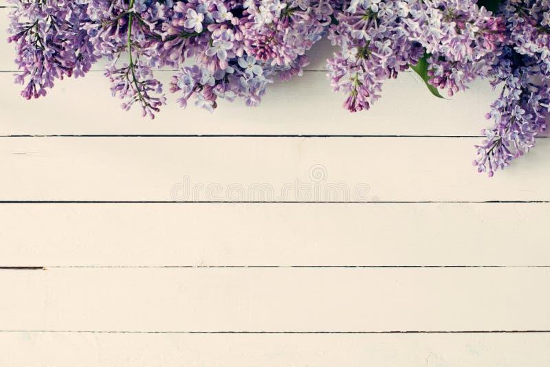 Tappningträbakgrund med lila blommor arkivfoton