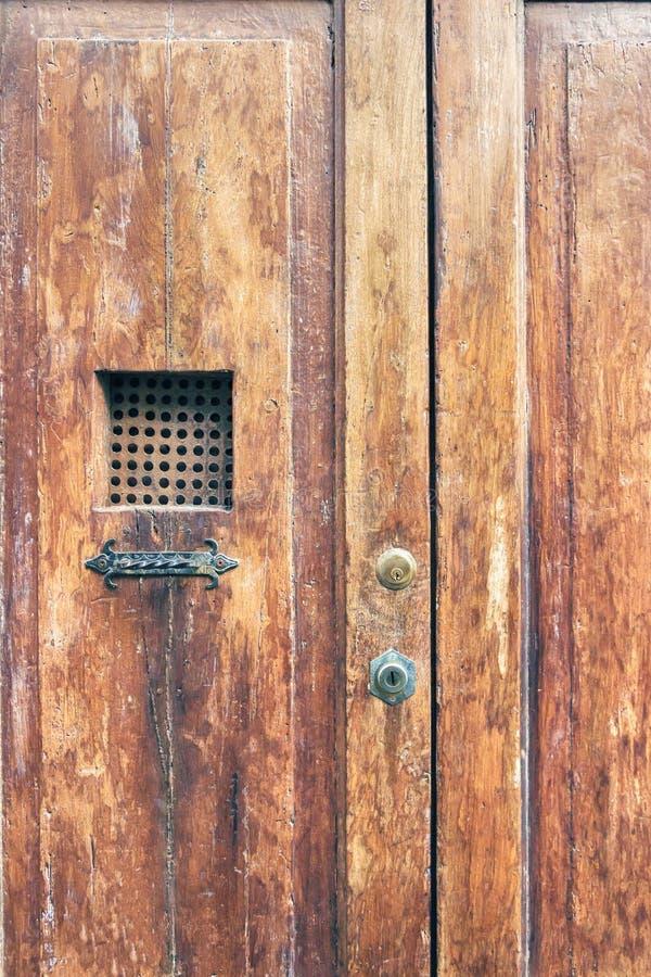 Tappningträdörr med metallgaller Bruna trägamla dörrar royaltyfria bilder