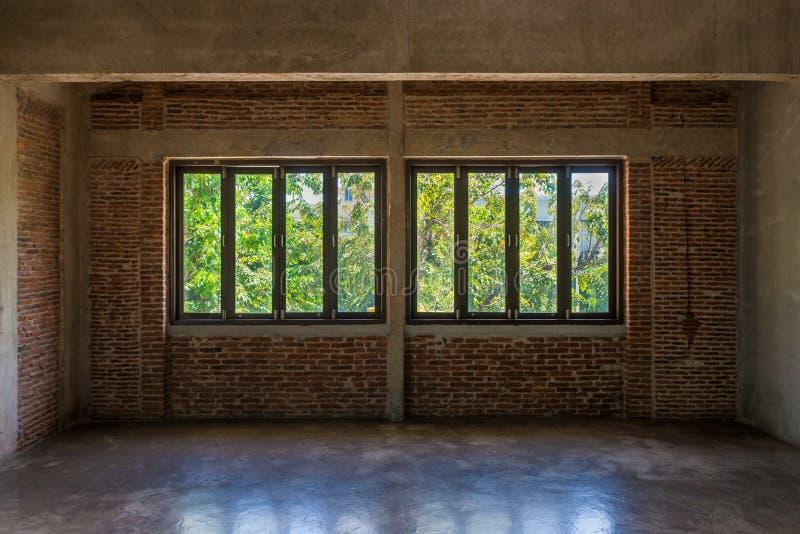 Tappningträfönsterram med garnering för inre för tegelstenvägg arkivfoton