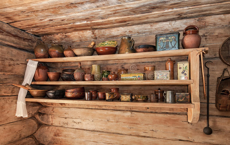 Tappningträhylla med gammal keramisk bordsservis royaltyfri foto