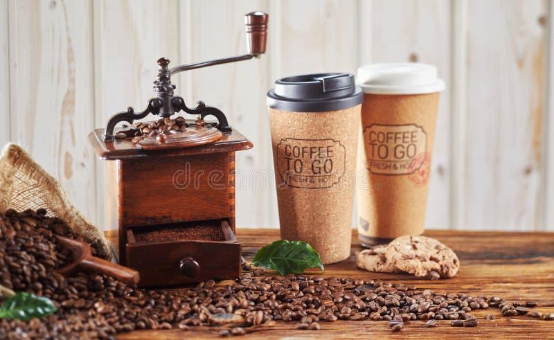 Tappningträkaffekvarn med takeaway koppar royaltyfria foton