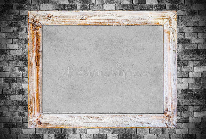 Tappningträram på gammal bakgrund för tegelstenvägg arkivfoto