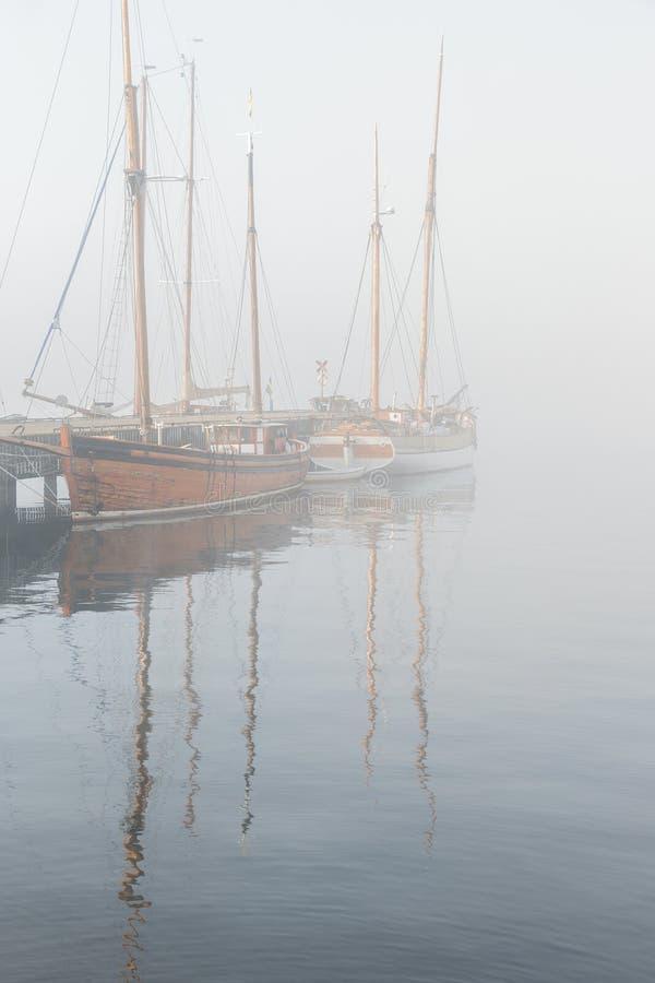 Tappningträskepp i dimma royaltyfri foto