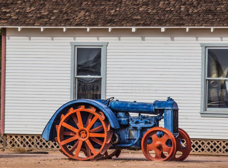 Tappningtraktor med järndäckmönsterhjul fotografering för bildbyråer