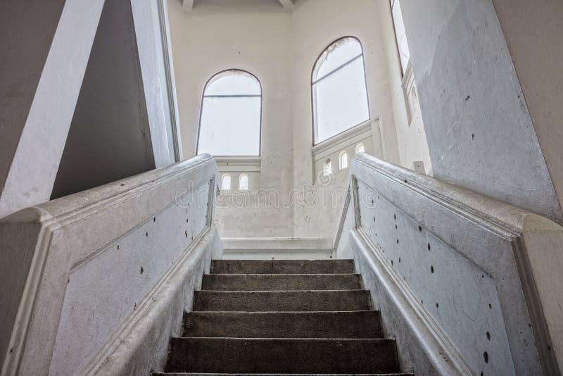 Tappningtrappa till uppför trappan royaltyfri foto