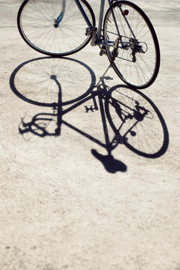 Tappningvägcykel och dess skugga arkivbilder