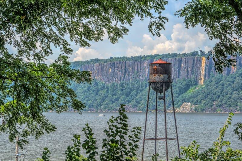 Tappningvattentorn på Hudson River royaltyfri fotografi