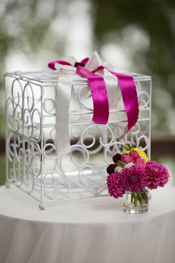 Tappningvit ornated metallburen på bröllopgången med blommor I royaltyfri bild