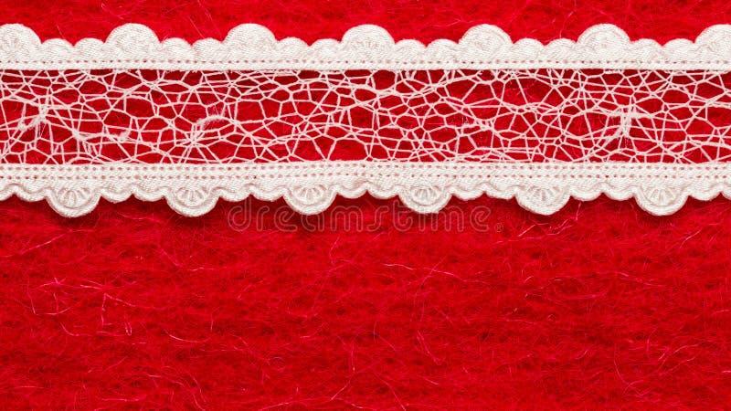 Tappningvit snör åt över röd bakgrund royaltyfri fotografi