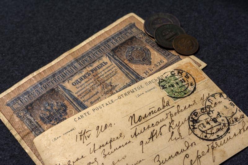 Tappningvykort, förgången post Handskriven text med adressen i ryss Gammal sedel 1 rubel Ryssland 1910 år arkivfoto