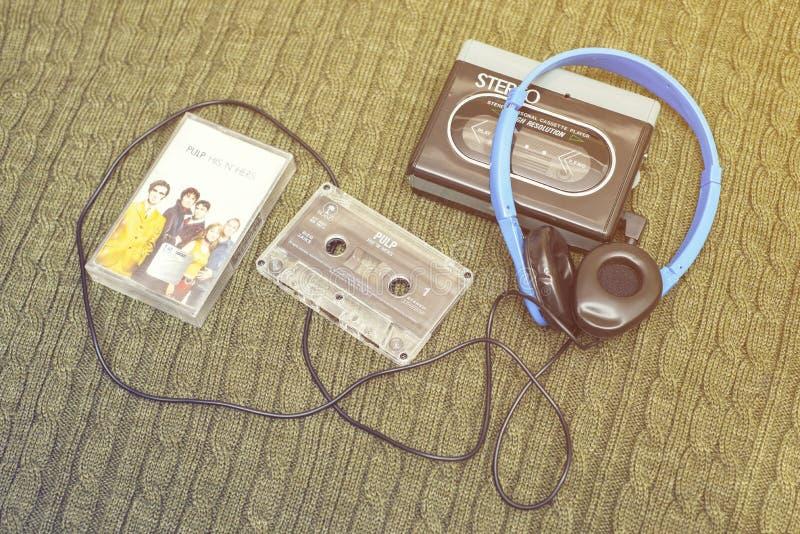 Tappningwalkman, SKRÄP- cassete och hörlurar arkivfoton