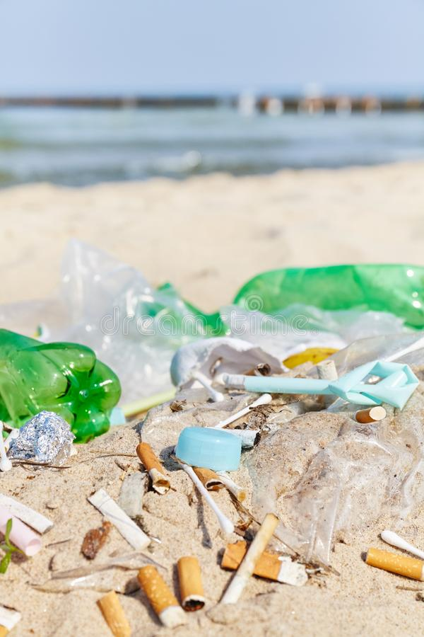 Tappo di bottiglia di plastica tra altri prodotti ed estremit? di sigaretta monouso fotografie stock libere da diritti