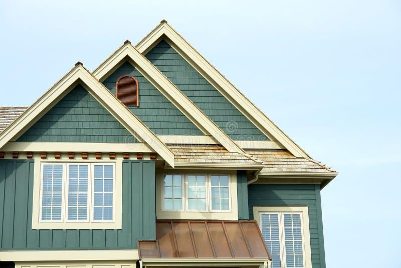 Tapume Home do frontão do telhado da casa fotos de stock