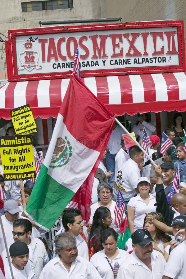 Taqueria bevindt zich in mening aangezien de honderdduizenden immigranten aan maart voor Immigranten deelnemen en Mexicanen die p royalty-vrije stock foto