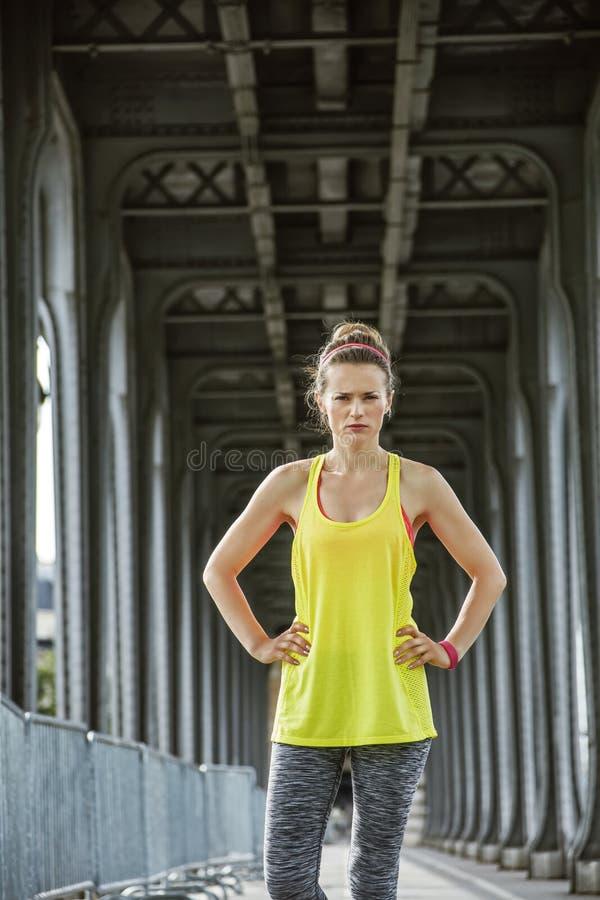 Taqueur de femme se tenant sur le pont de Pont de BIR-Hakeim à Paris image stock