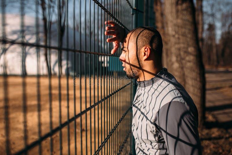 Taqueur masculin fatigué après séance d'entraînement de forme physique en parc image stock