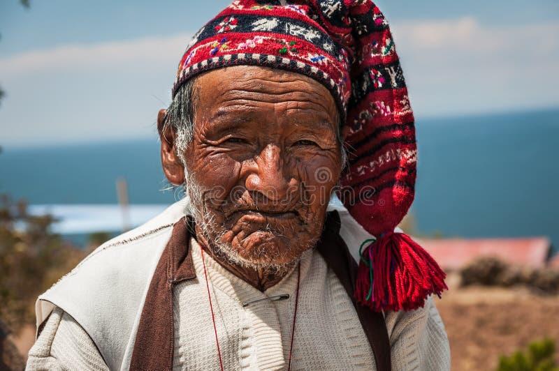 TAQUILE-INSEL, PUNO, PERU - 13. OKTOBER 2016: schließen Sie herauf Porträt des alten peruanischen Mannes, der traditionelle Stric stockbild