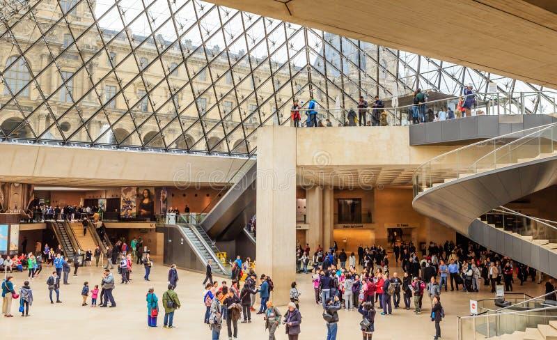 Taquilla dentro del museo del Louvre parís fotografía de archivo