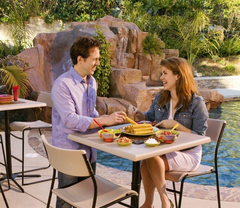 Taquitos di cibo di S-3232-Couple al poolside immagine stock