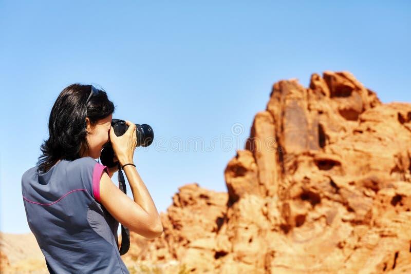 Tar den färdiga fotografen för kvinnlign bilder av vaggar bildande royaltyfri fotografi