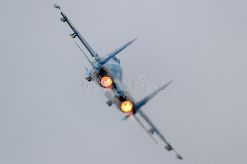 Tar den fulla afterburneren för jaktflygplanet av arkivbilder