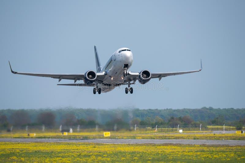 Tara handlowy samolotowy start od Otopeni lotniska w Bucharest Rumunia zdjęcia stock