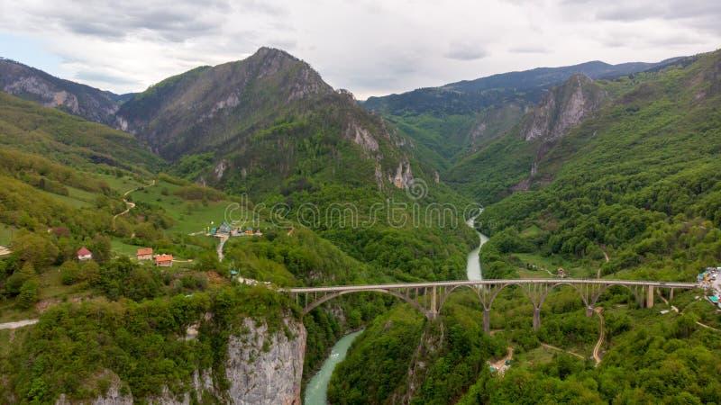 Tara River Canyon La plupart d'endroit populaire pour la visite est le pont de Durdevica Pont de Jurjevich dans Zabljak, Monténég photographie stock libre de droits