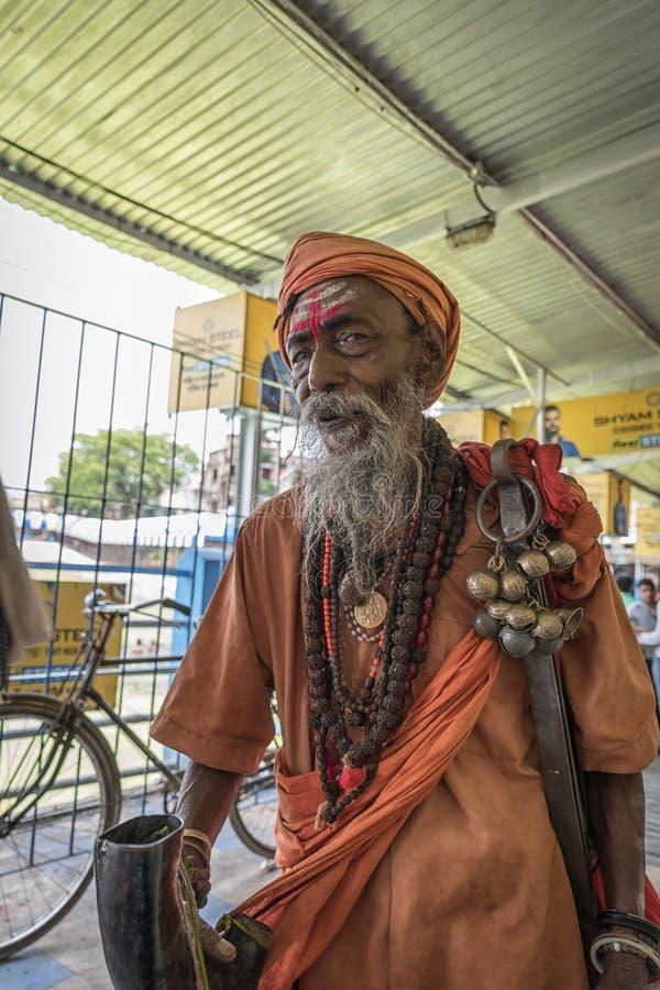 Tarakeswar, Indien - 21 april 2019. En oidentifierad Sadhu blåser kong vid Baba Taraknath Temple, ett hinduskt tempel hängivet gu royaltyfri fotografi