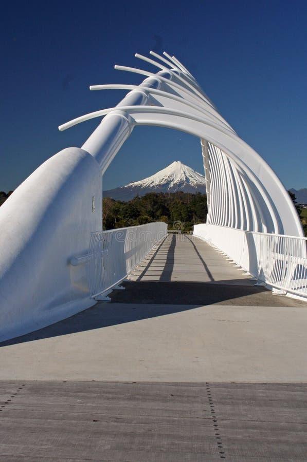 Taranaki lub Mount Egmont widziane przez Rewa Rewa bridge New Plymouth w Nowej Zelandii obraz royalty free