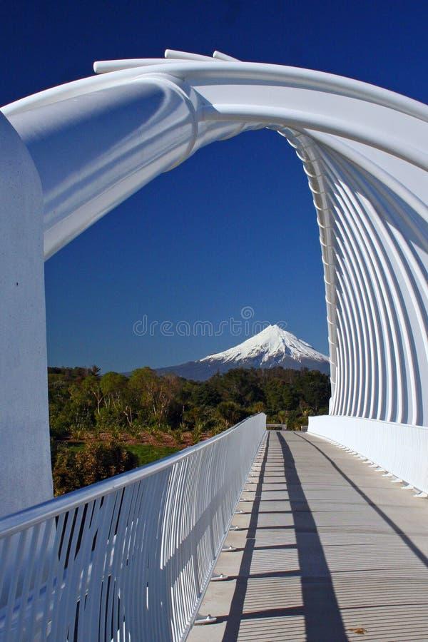 Taranaki lub Mount Egmont widziane przez Rewa Rewa bridge New Plymouth w Nowej Zelandii zdjęcia royalty free