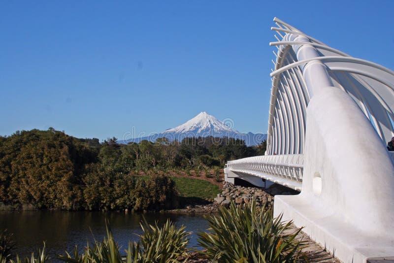 Taranaki lub Mount Egmont z Rewa Rewa bridge New Plymouth, Nowa Zelandia obrazy stock