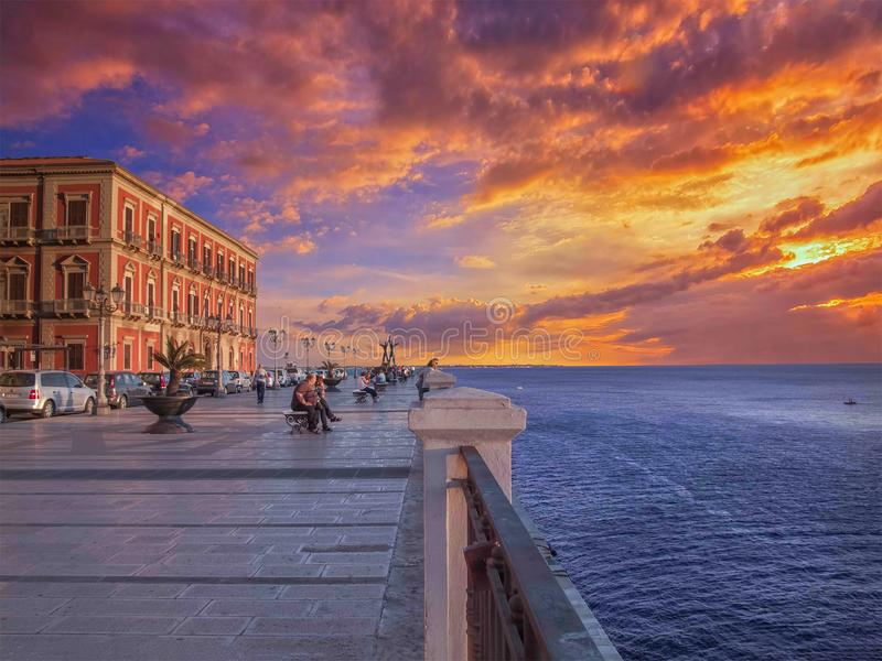 Taranto, Ιταλία, κύριο πεζούλι, όμορφη θέση με το απίστευτο πανόραμα στοκ εικόνες