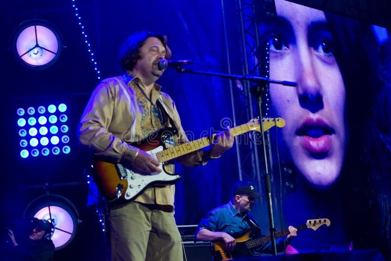 Taras Chubay, ведущий певец и подставное лицо украинской рок-группы Plach Yeremiyi и возбужденной девушки в мониторе живет стоковое изображение rf