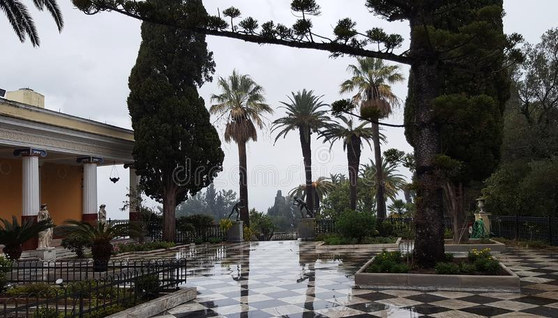 Taras w ogródzie w Achilleion pałac w Corfu wyspie, Grecja zdjęcia stock