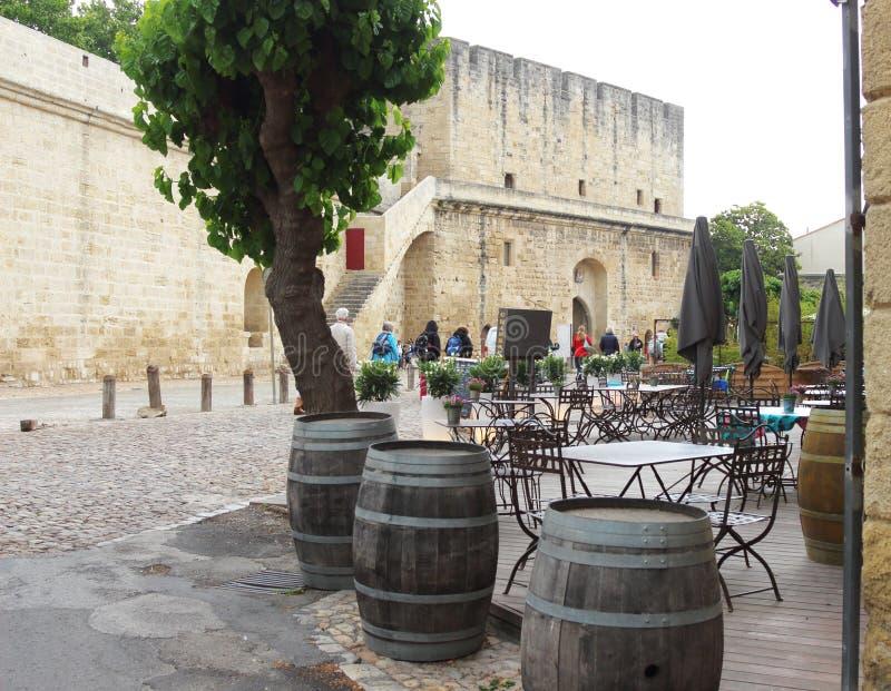 Tarasowi pobliscy ramparts Aigues-Mortes, Francja zdjęcie stock