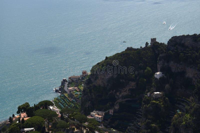 Tarasowy punkt widzenia w Historycznym miasteczku Ravello w górach w Południowym Włochy fotografia stock