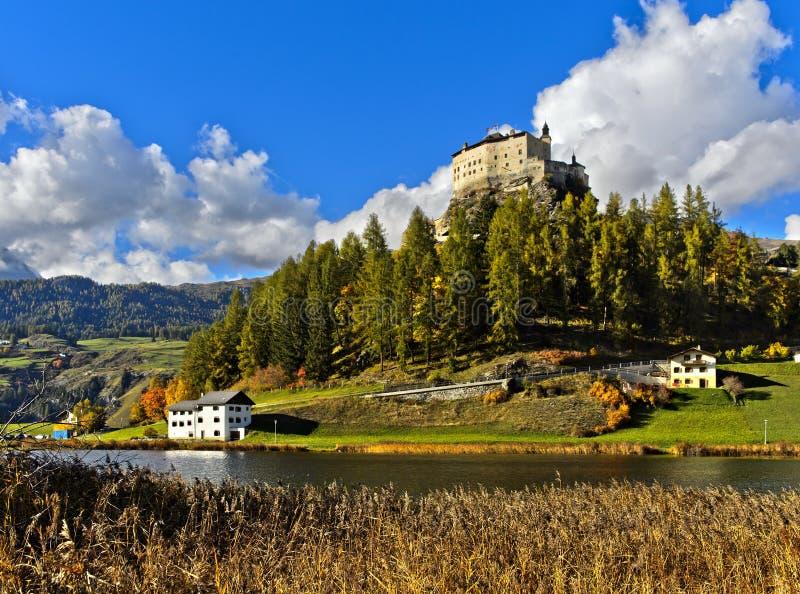 Tarasp kasztelu wydźwignięcie nad jezioro Taraspsee fotografia royalty free