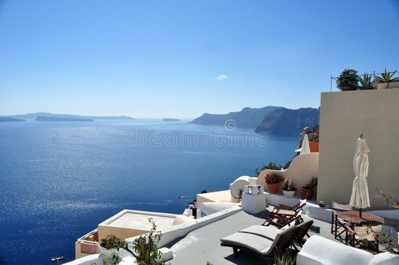 Tarasu i pokładu krzesła na kalderze Santorini wyspa Grecja fotografia stock