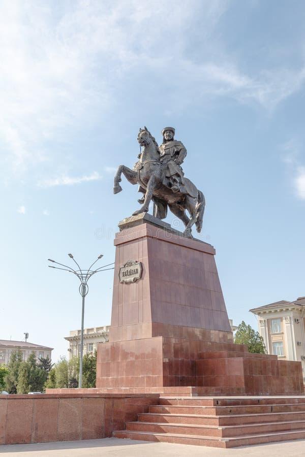 Taraz, Cazaquistão - 14 de agosto de 2016: Monumento o montado Baidibek fotografia de stock