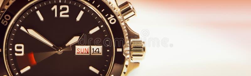 Tarcza wristwatch z poruszającą drugi ręką symbolizuje bieg czas zdjęcie royalty free