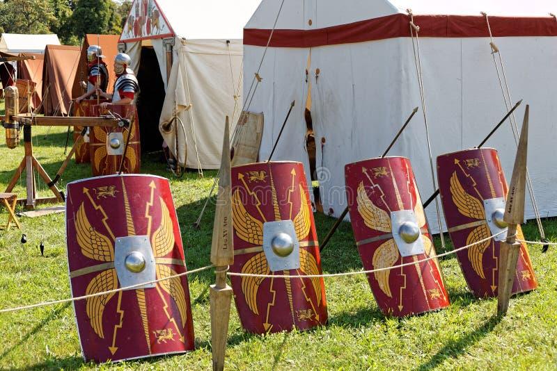 Tarcze rzymskie Scutum w zestawieniu z historią życia w obozie wojskowym obrazy stock