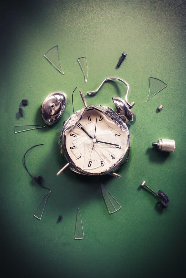 Tard pour le concept d'école avec l'horloge d'alram sur un tableau noir images libres de droits