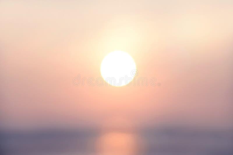 Tarde abstracta borrosa de la luz del último del fondo con hora punta de oro de la puesta del sol, tono en colores pastel fotografía de archivo