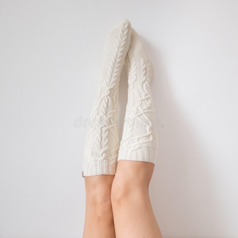 Tarde acogedora del invierno, calcetines de lana calientes foto de archivo libre de regalías